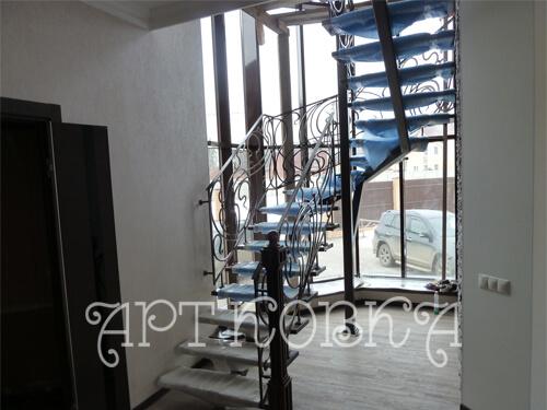 Красивая кованая лестница Жульен для дома