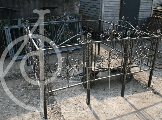 Кованая ограда на кладбище Траур