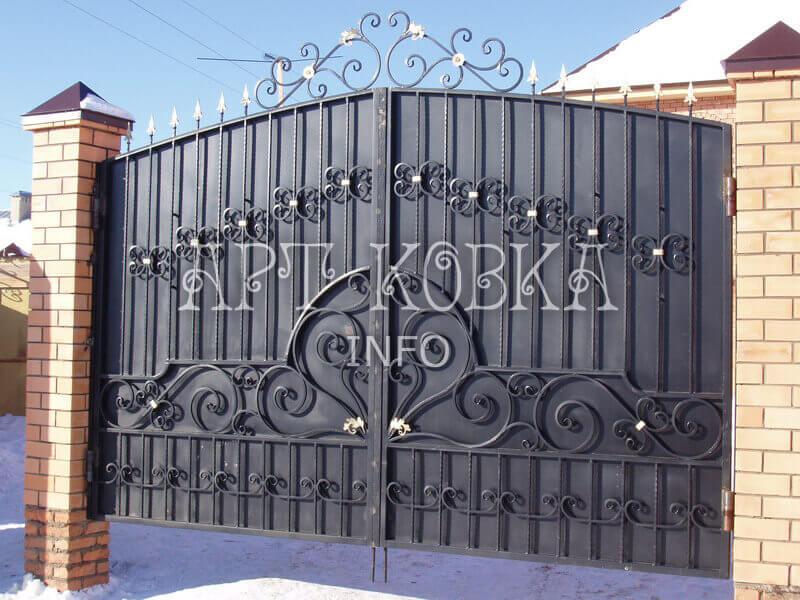 Красивые кованые ворота Ларнис